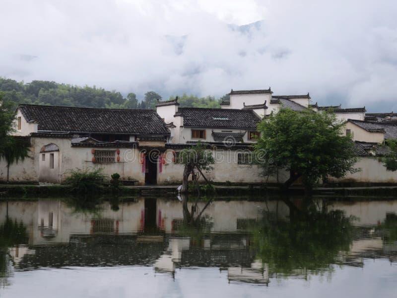 Деревня Huizhou старая между горами и реками стоковое изображение