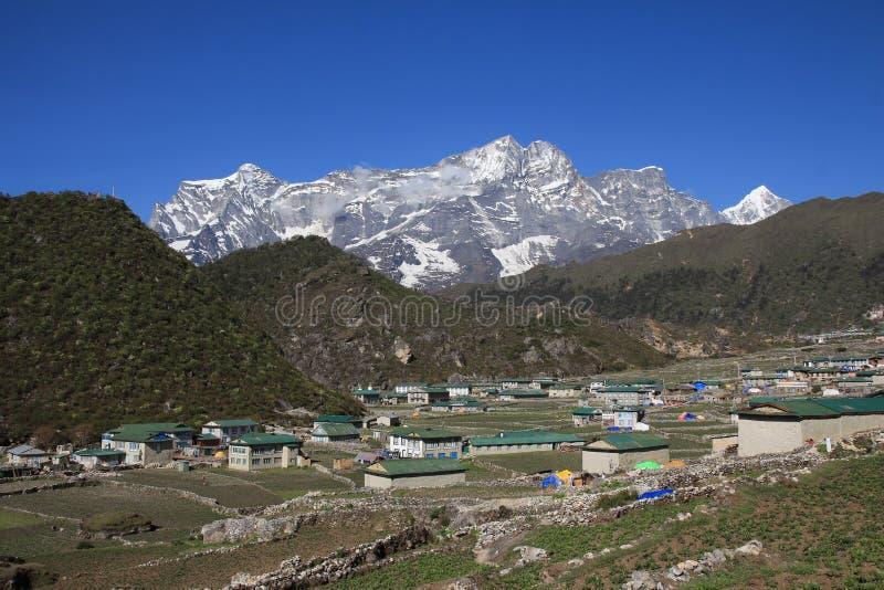 Деревня Khumjung и покрытое снегом Kongde Ri стоковое изображение rf