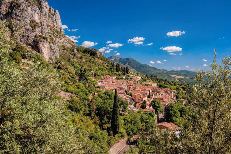 Деревня Moustiers Sainte Мари с утесами в Провансали, Франции стоковая фотография rf