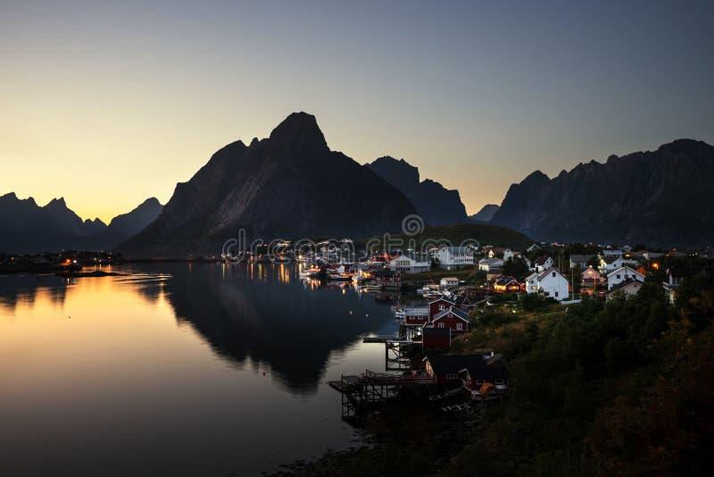 Деревня Reine времени захода солнца, острова Lofoten стоковое фото rf