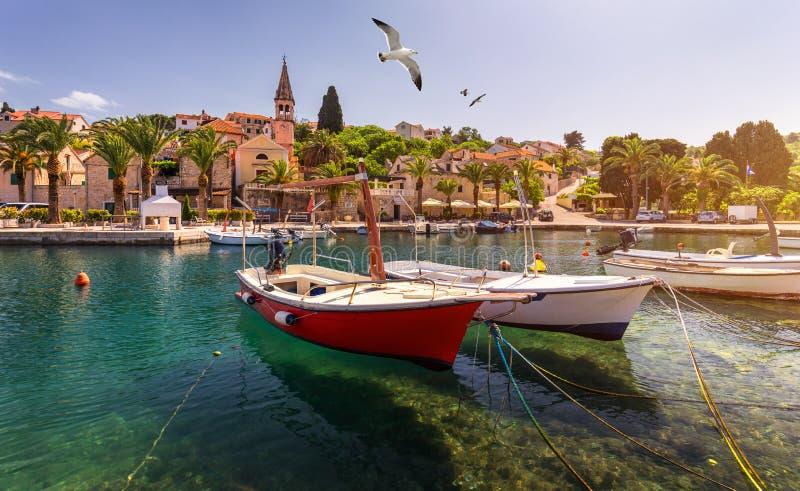 Деревня Splitska с красивым летанием над деревней, островом порта и чайки Brac, Хорватией Рыбацкие лодки в Splitska стоковое фото rf