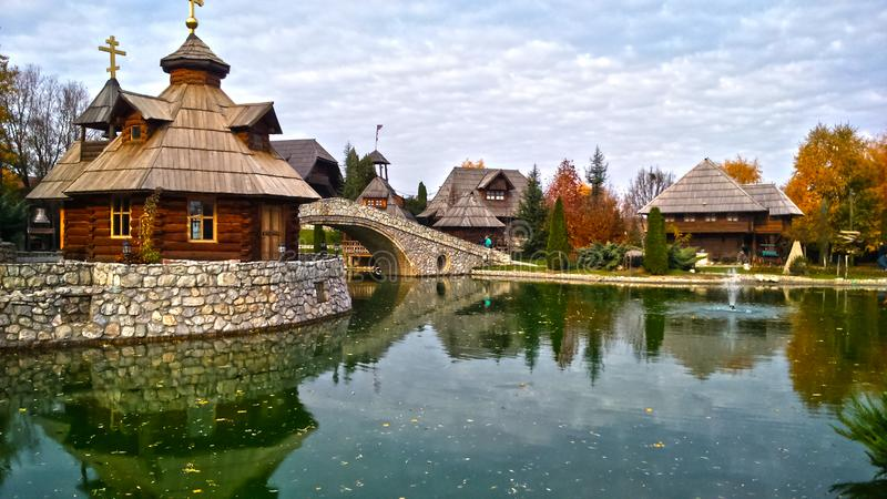 Деревня Stanisici Ethno в Боснии и Герцеговине, на дороге Pavloviceva, сезон осени стоковые изображения rf