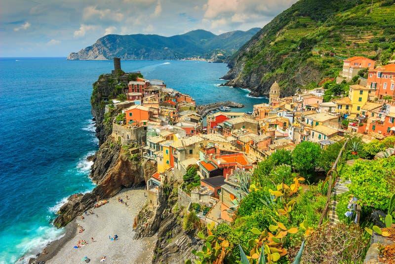 Деревня Vernazza на побережье Cinque Terre Италии, Европы стоковые изображения rf