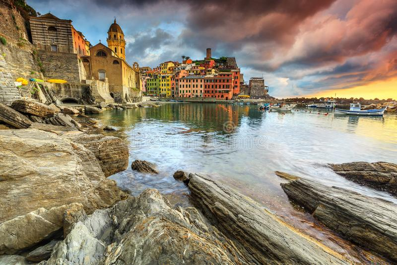 Деревня Vernazza с красочным сногсшибательным заходом солнца, Cinque Terre, Италией, Европой стоковое фото