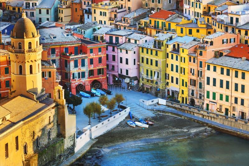 Деревня Vernazza, церковь и вид с воздуха зданий Terre Cinque стоковая фотография