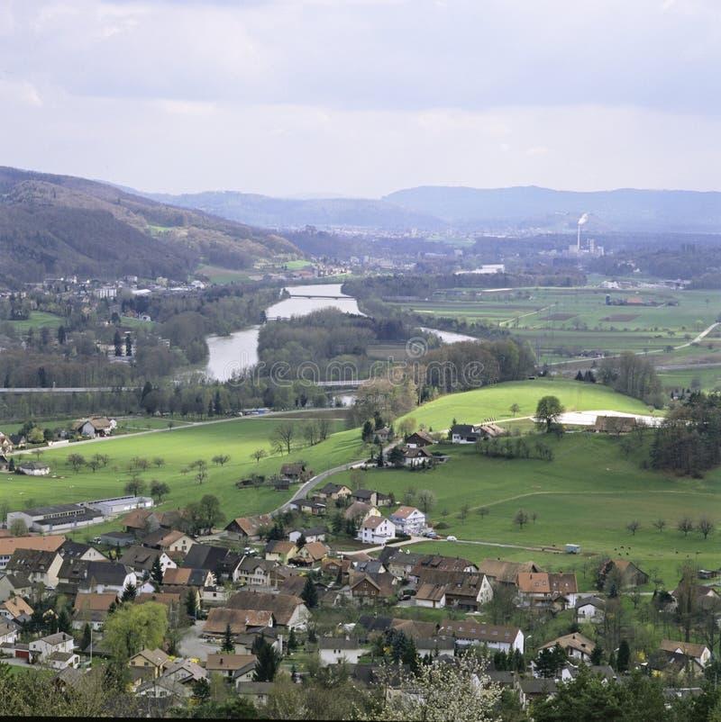 Деревня Villnachern швейцарского кантона отчете о Ааргау с рекой Aare стоковая фотография rf