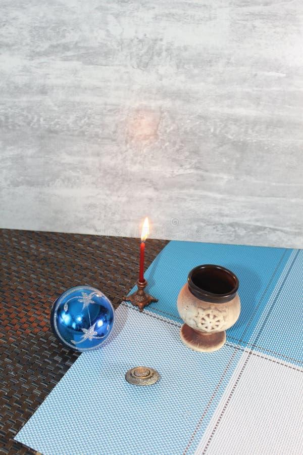 Дерево ИРTmas·Свеча 'ÑŒ ½ Ð¸Ñ ¼ ÐΜÐ Ð, украшения рождества, подписанные с Новым Годом и рождеством, игрушка танка на рождествен стоковые изображения rf