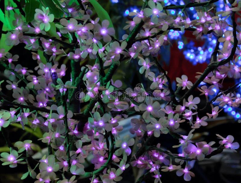 Дерево искусственный цвести Декоративные искусственные цветки со светами вместо бутонов стоковое фото