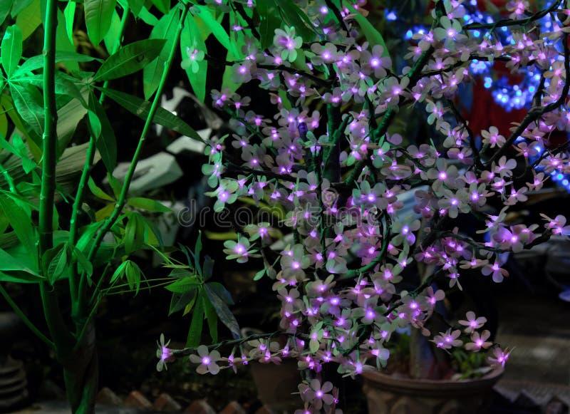 Дерево искусственный цвести Декоративные искусственные цветки со светами вместо бутонов стоковое изображение
