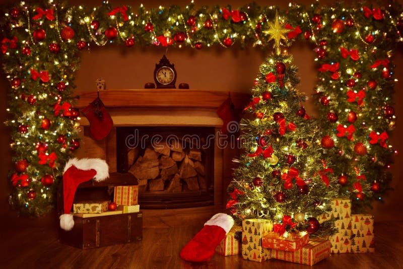 Дерево камина и Xmas рождества, украшения подарков настоящих моментов стоковое фото rf