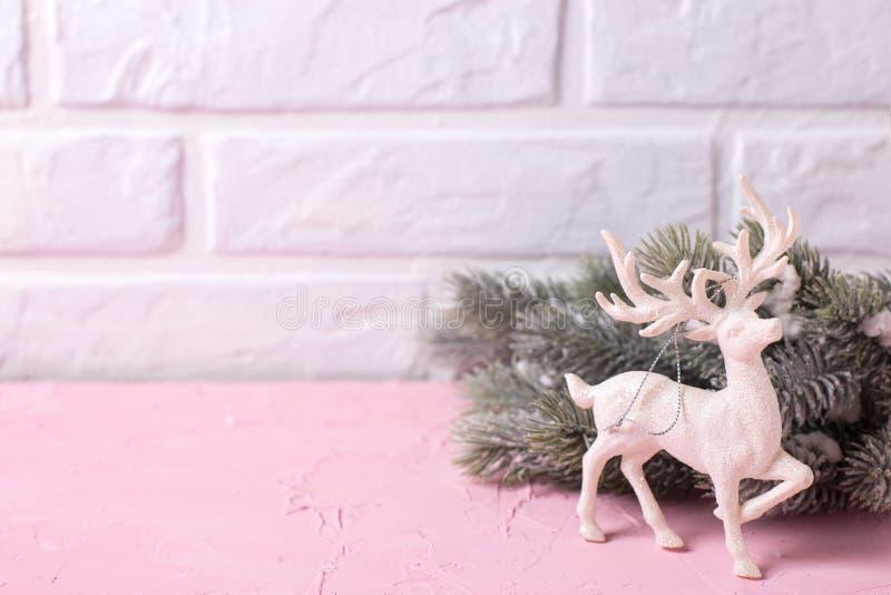 Дерево меха ветвей и декоративные олени на розовом agai предпосылки стоковая фотография rf