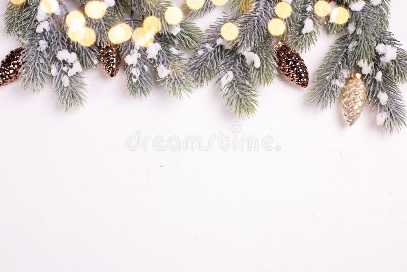 Дерево меха конусов и ветвей сосны золота рождества декоративное дальше стоковое фото rf
