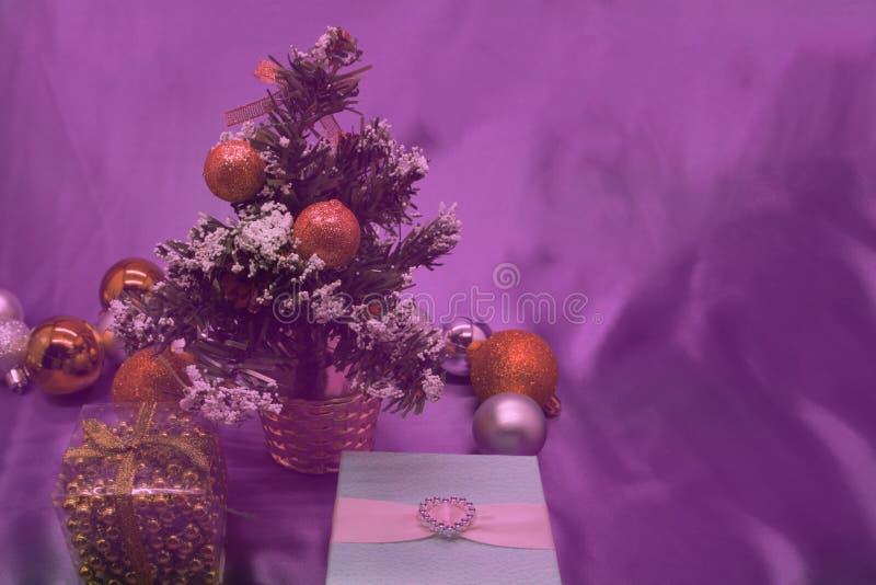 Дерево подарочной коробки рождества, конусы, шарики рождества стоковая фотография rf