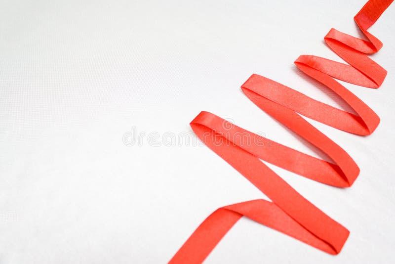 Дерево рождества и Нового Года сделанное от красной ленты на открытом космосе silverbackground для текста - concep праздников, зи стоковая фотография rf