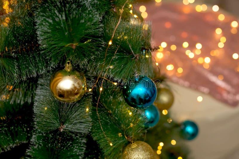 Дерево NChristmas украшенное с шариками рождества сини и золота стоковое изображение rf