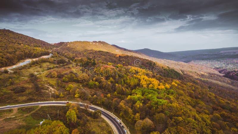 """Деревья дороги и осени горы в ущелье """"Guamka """"ГУАМА, над северным Кавказ, Россия Желтая, красная и зеленая природа, высокий взгля стоковое фото rf"""