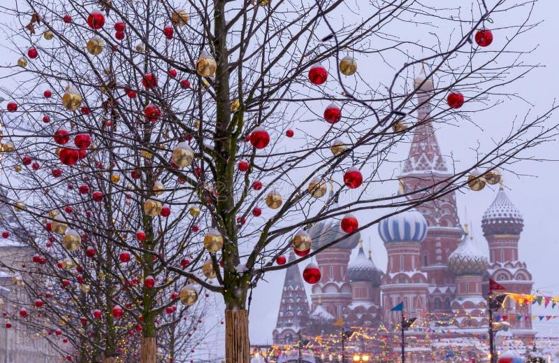 Деревья украшенные с игрушками рождества на фоне собора базилика St moscow kremlin стоковое фото
