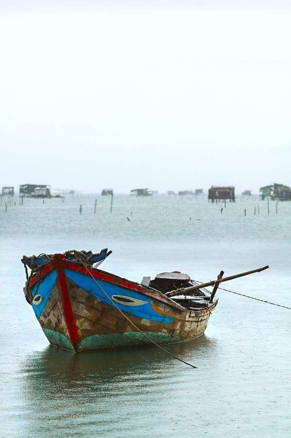 Деревянная азиатская шлюпка в порте стоковое фото