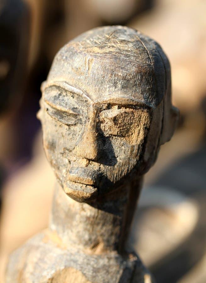 Деревянная африканская маска которая представляет сторону женщины сделанную вручную стоковое изображение rf