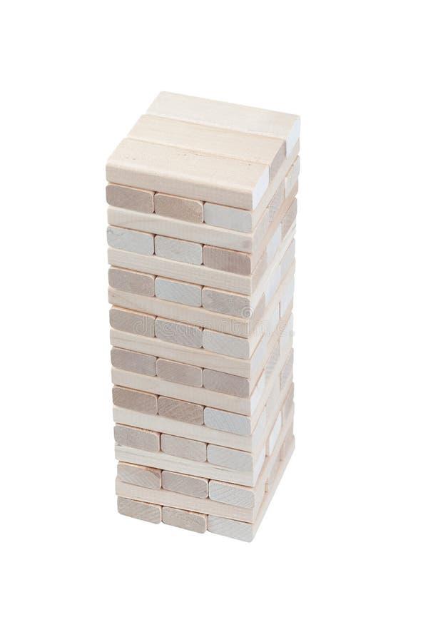 Деревянная башня блоков изолированная на белой предпосылке настольный крупный план игры стоковые изображения