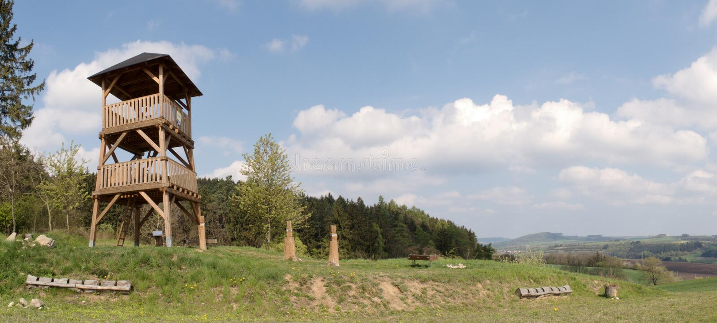Деревянная башня бдительности над деревней Spesov около Blansko стоковые фото