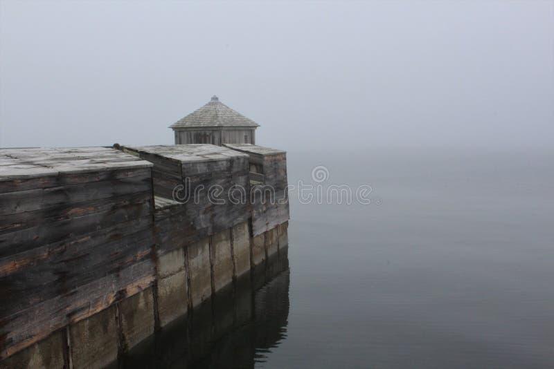 Деревянная башня на прибрежной стене крепости Louisbourg, острова бретонца накидки, на туманный день стоковая фотография
