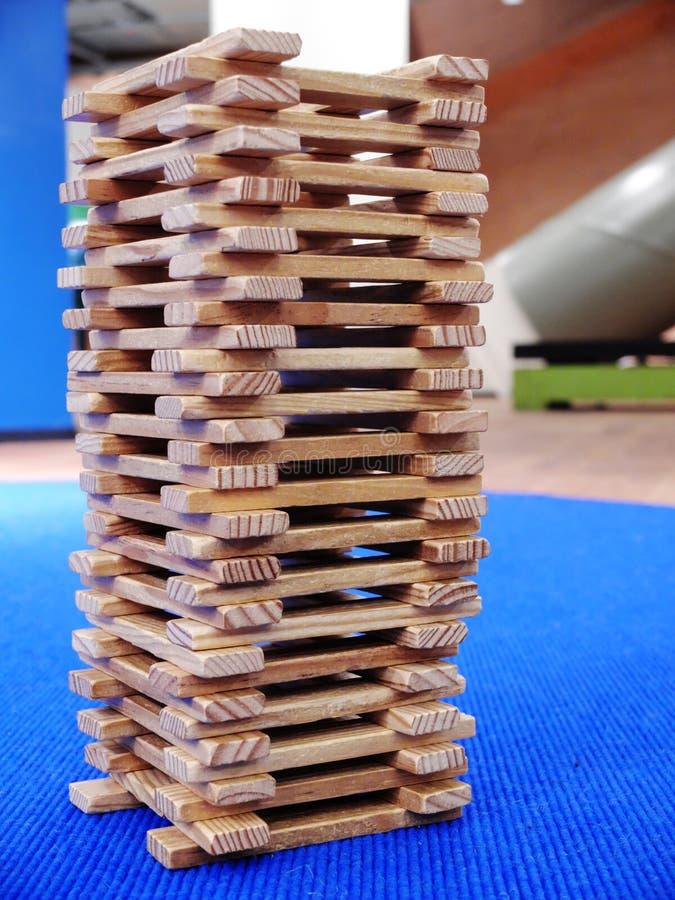 Деревянная башня сделанная из плоских деревянных ручек Конец-вверх стоковое фото