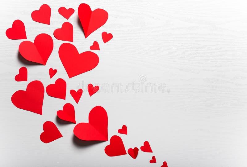 Деревянная белая предпосылка с красными сердцами Концепция Valentin стоковые фотографии rf