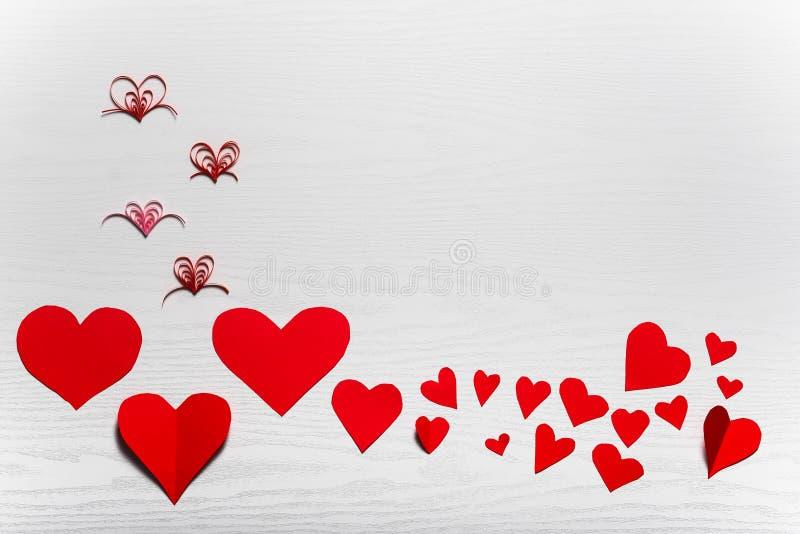 Деревянная белая предпосылка с красными сердцами Концепция Valentin стоковое изображение rf