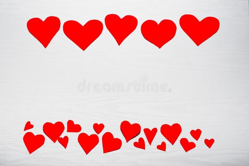 Деревянная белая предпосылка с красными сердцами Концепция Valentin стоковая фотография