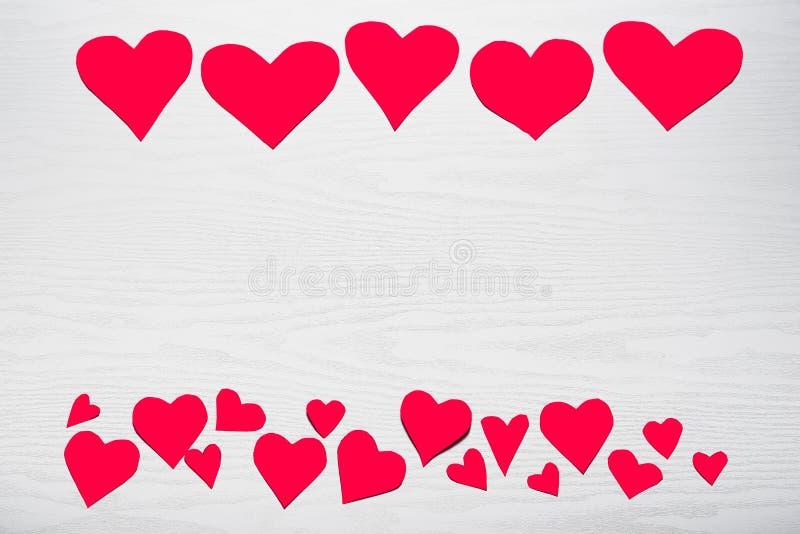 Деревянная белая предпосылка с красными сердцами Концепция Valentin стоковое фото