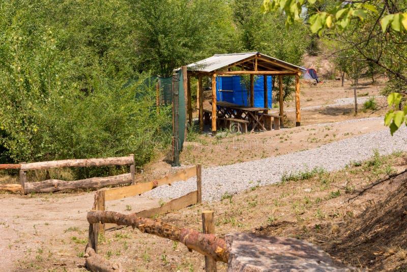 Деревянная беседка с таблицей и стенды для на открытом воздухе воссоздания стоковое фото