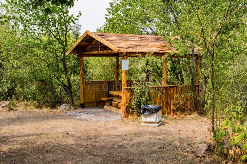 Деревянная беседка с таблицей и стенды для на открытом воздухе воссоздания стоковые изображения