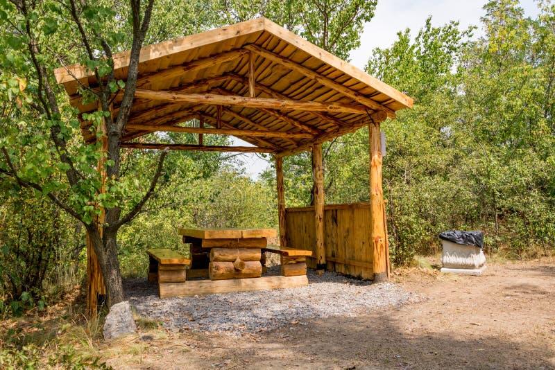 Деревянная беседка с таблицей и стенды для на открытом воздухе воссоздания стоковая фотография rf