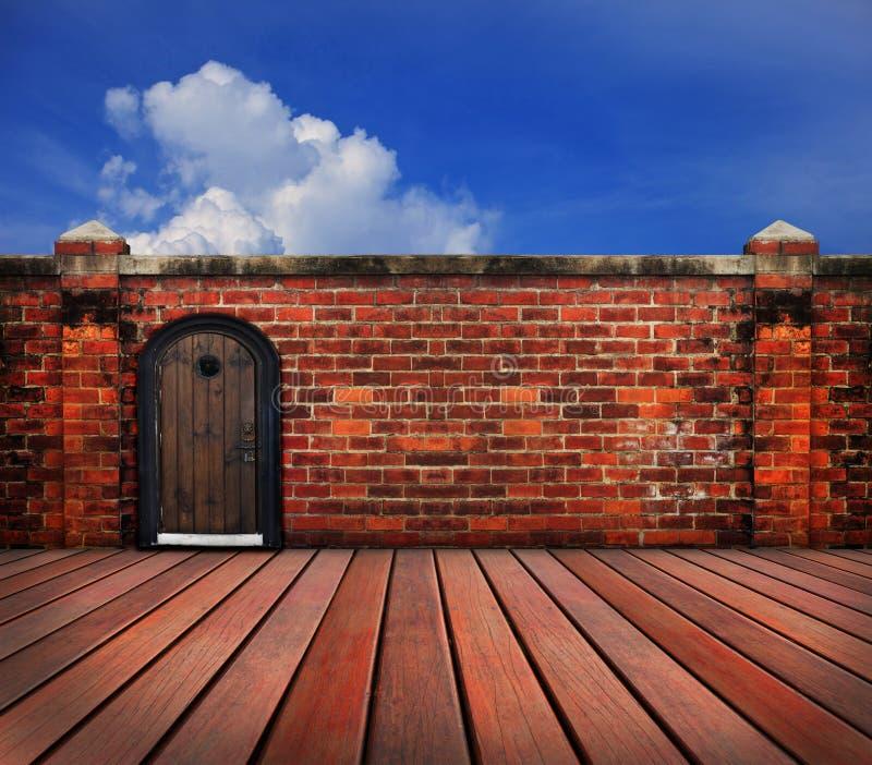 Деревянная дверь и старая кирпичная стена стоковые фото