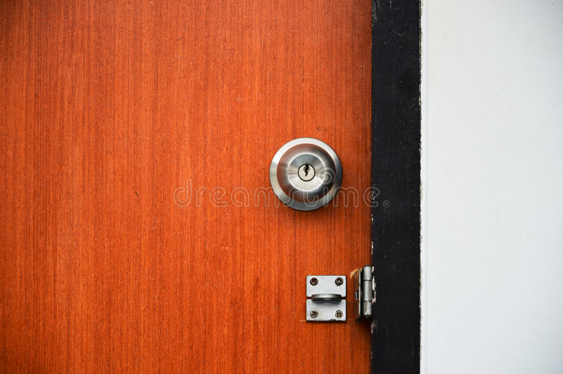 Деревянная дверь открыла с padlock, высоким динамическим диапазоном и контрастом стоковое фото rf