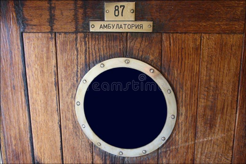 Деревянная дверь с окном стоковая фотография