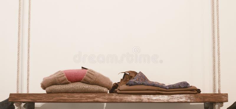 Деревянная вешалка одежд с трубками и шнуром - винтажной предпосылкой стоковые изображения rf