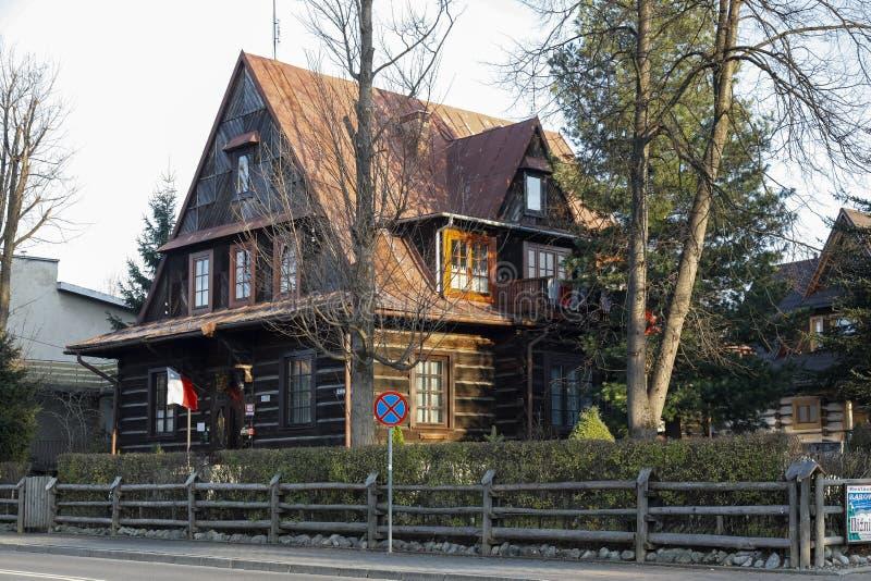 Деревянная вилла и множественная крыша тангажа стоковая фотография