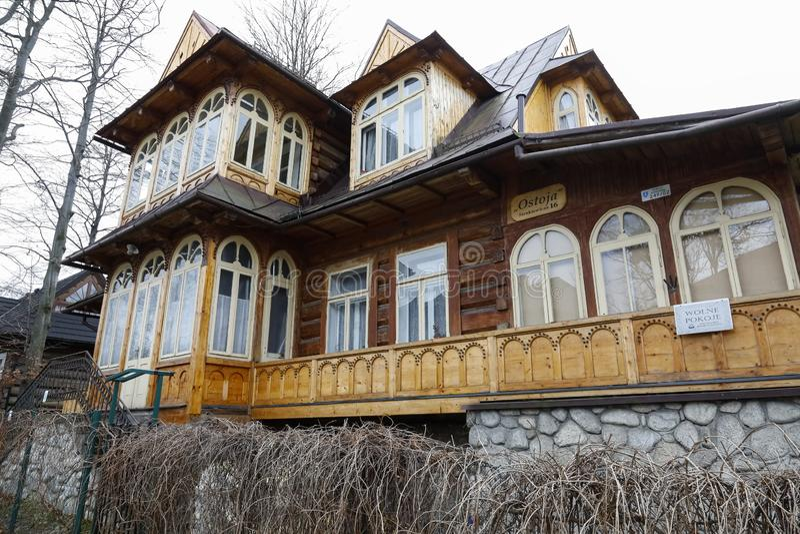 Деревянная вилла построенная деревянных журналов стоковое фото