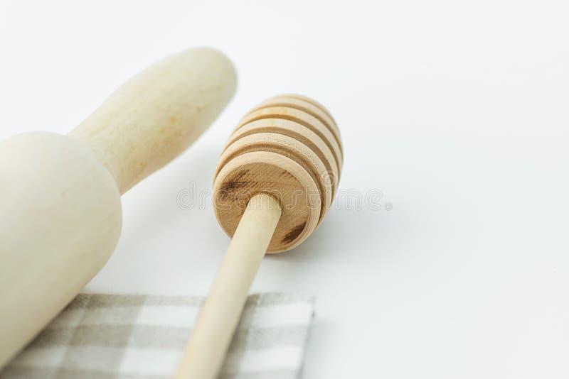 Деревянная вращающая ось ковша меда на белом и бежевом Checkered полотенце кухни хлопка tabletop Предметы первой необходимости вы стоковое изображение rf