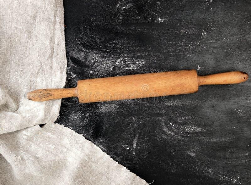 деревянная вращающая ось на черной предпосылке, белая пшеничная мука стоковые фотографии rf