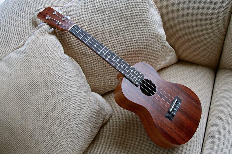 Деревянная гавайская гитара выведенная на кресло стоковое изображение rf