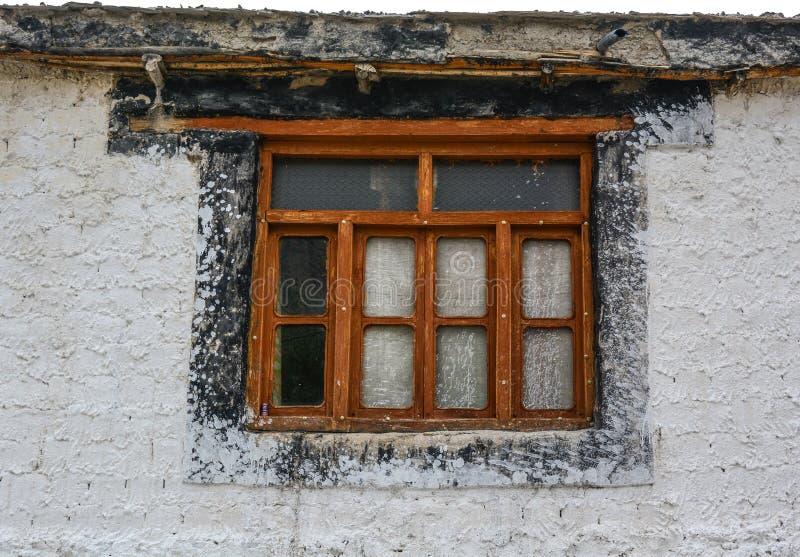 Деревянная дверь древнего храма стоковые фотографии rf