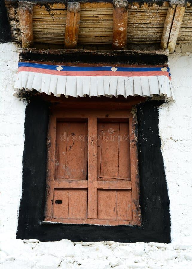 Деревянная дверь древнего храма стоковые фото