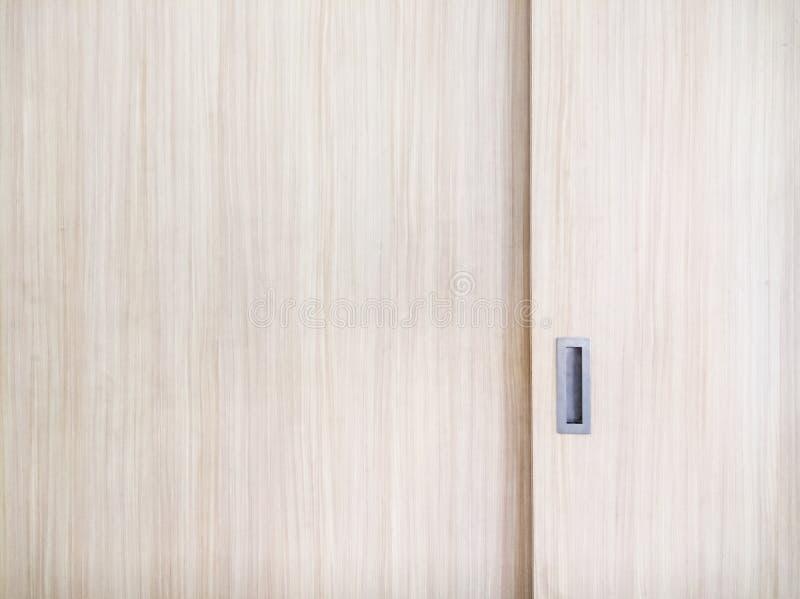 Деревянная дверь скольжения шкафа с ручкой металла стоковые изображения rf