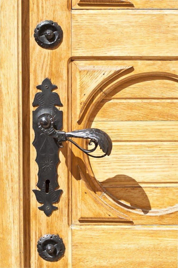 Деревянная дверь с античной ручкой стоковые изображения rf