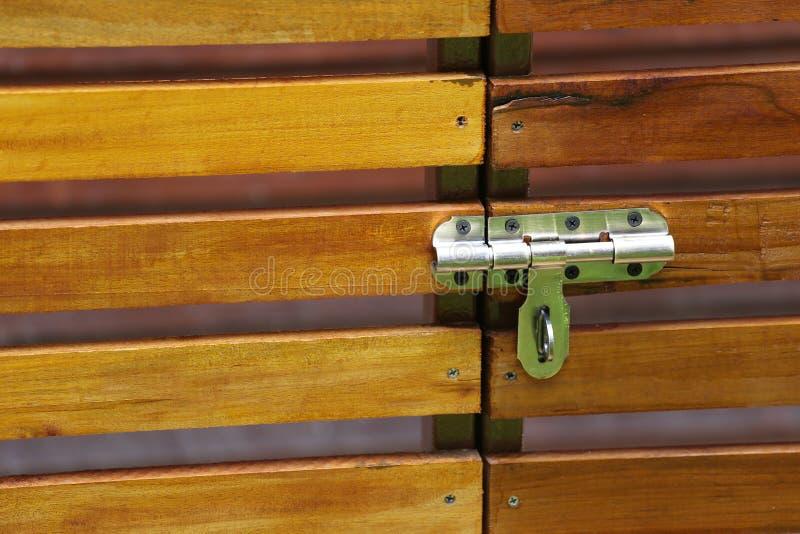 Деревянная дверь с запирающим устройством и иметь космос экземпляра стоковая фотография rf