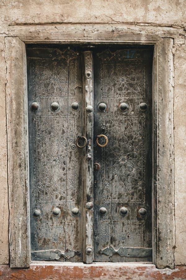 Деревянная дверь с старым флористическим patten Деревянный высекая метод стоковая фотография rf