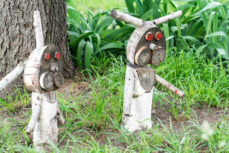 Деревянная диаграмма зайца ужасного Злые кролики ждут их добычу стоковые фотографии rf